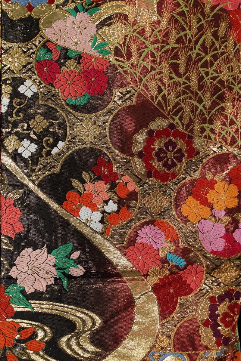 パール赤の地に流水と季節の花々サブ画像2